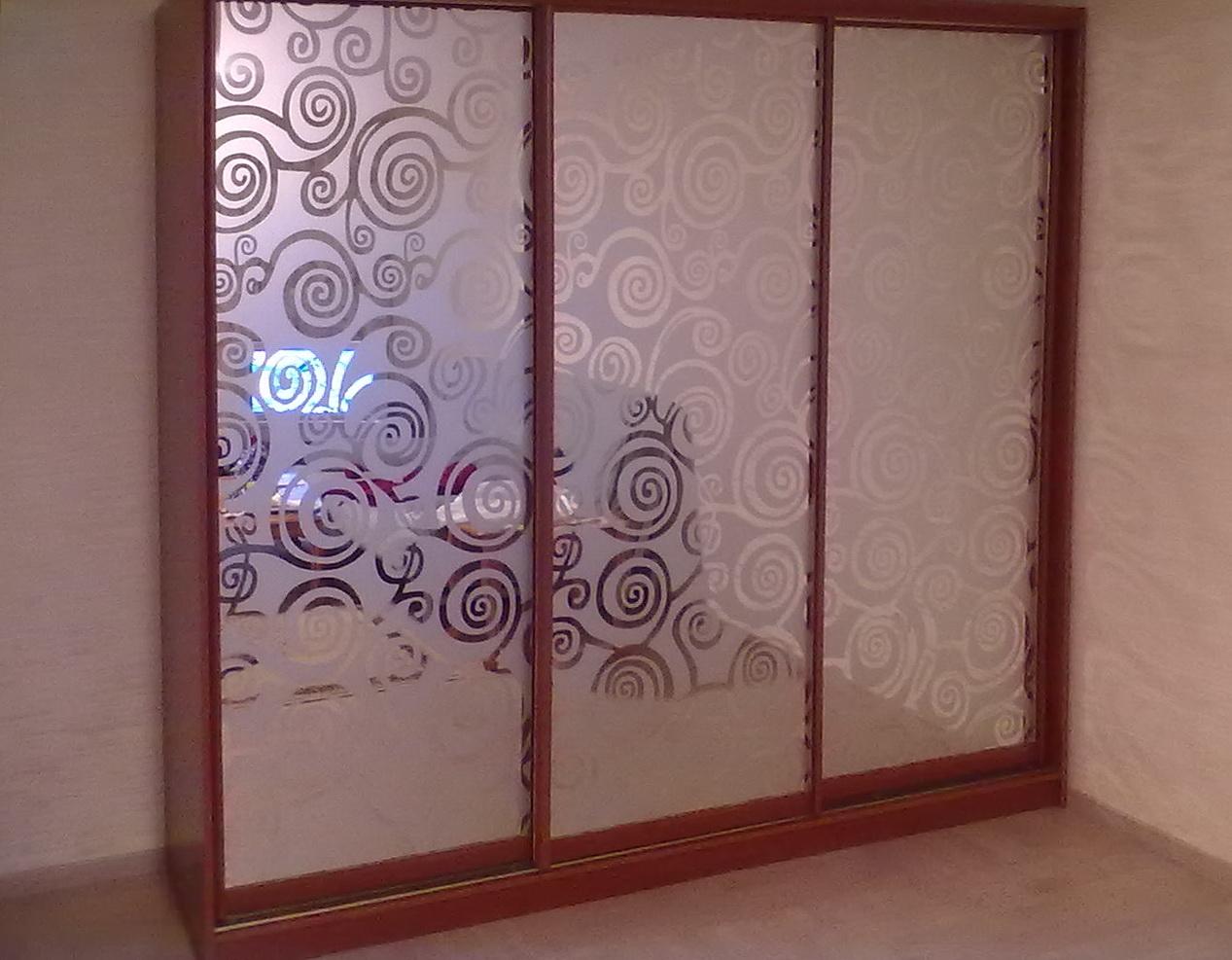 Шкаф-купе 3-х створчатый коричневый зеркало с рисунком