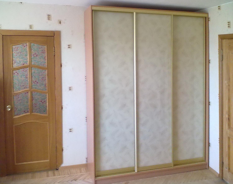 Шкаф-купе 3-х створчатый светлый с белыми дверьми