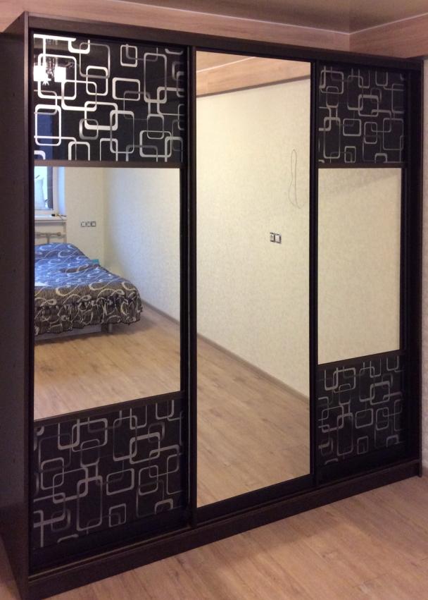 Шкаф-купе 3-х створчатый черный с зеркалами и рисунком