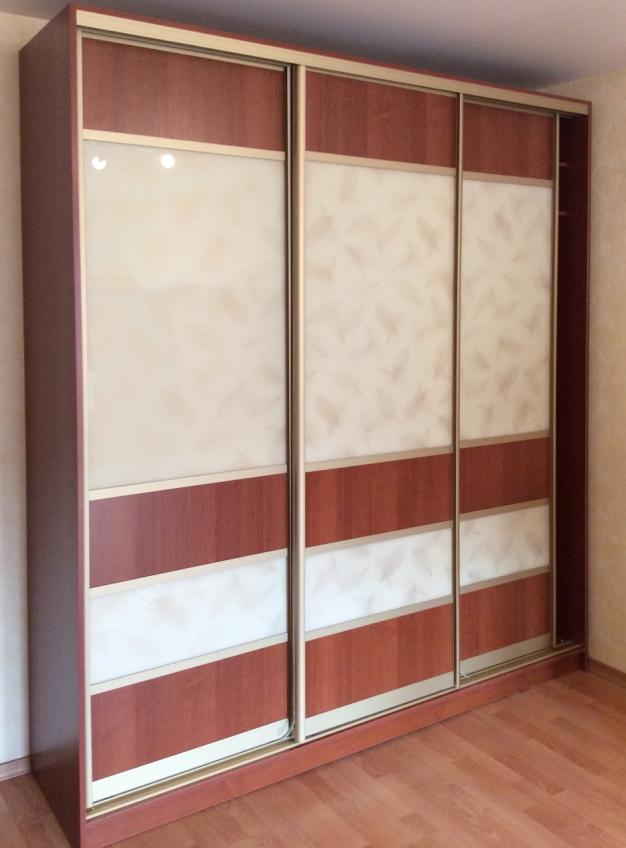 Шкаф-купе 3-х створчатый коричневый с белыми вставками