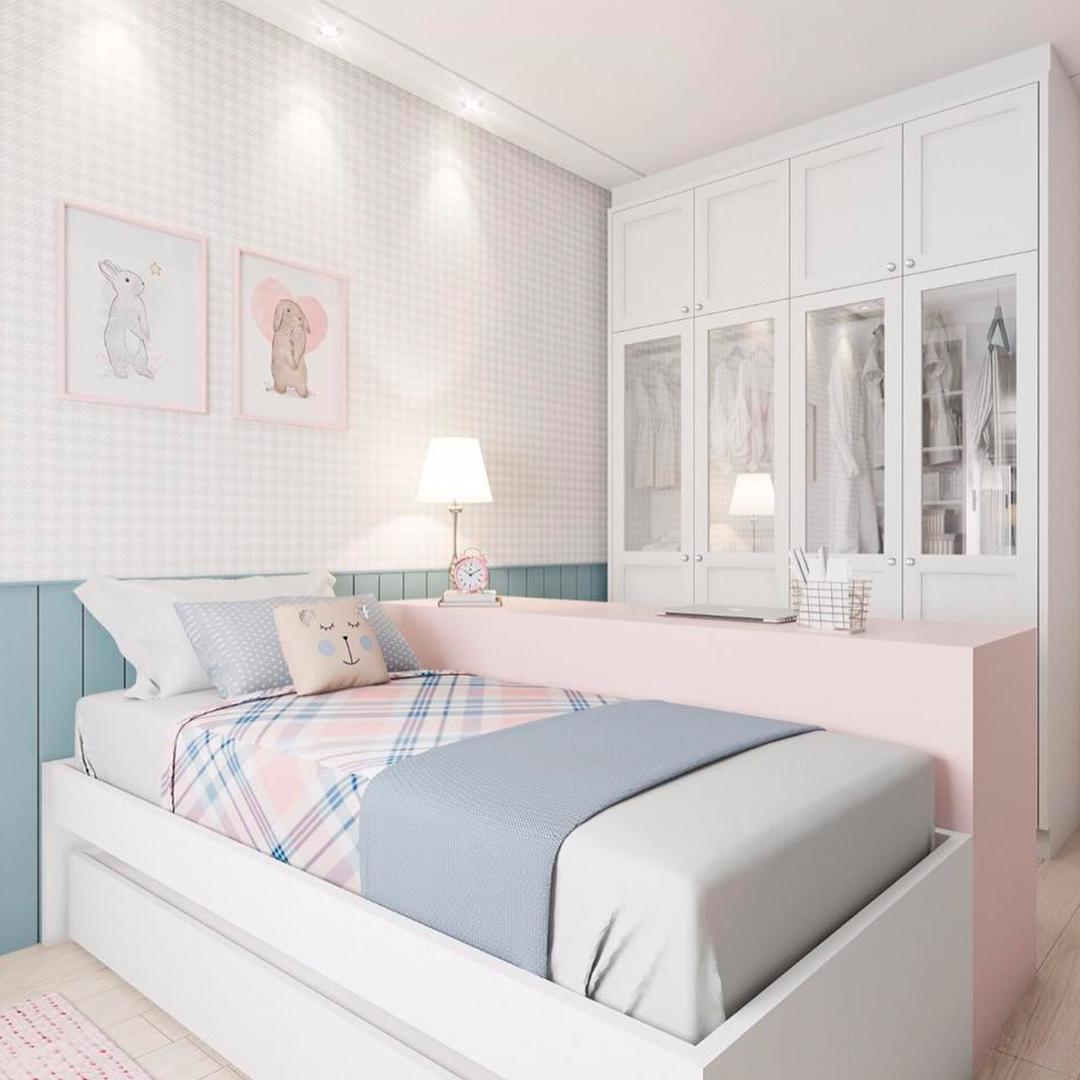 Спальня — кровать и шкаф
