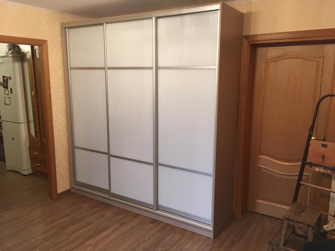 Шкаф-купе 3-х створчатый S с белыми стеклянными дверьми