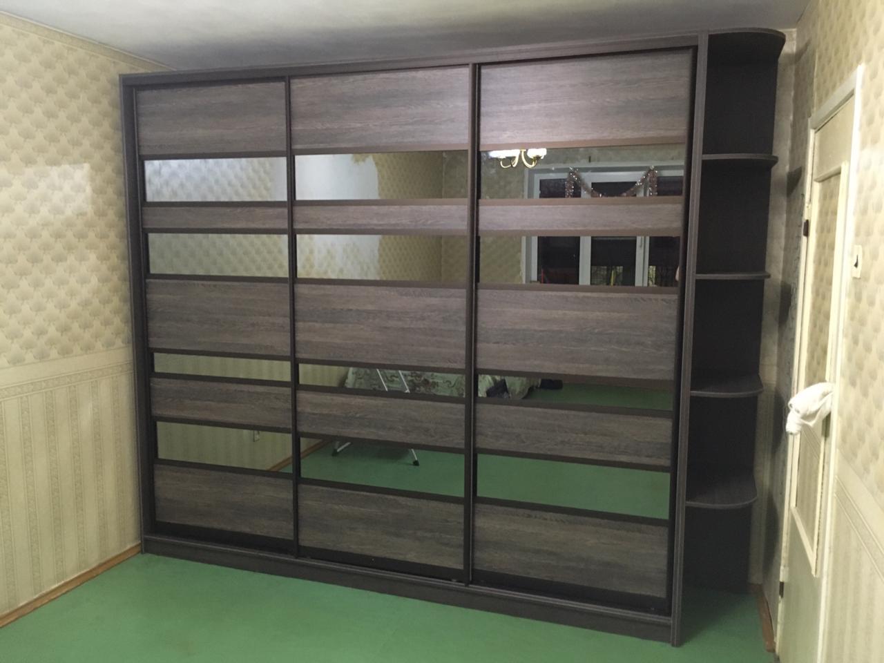 Шкаф-купе 3-х створчатый S ЛДСП с зеркальными вставками и угловым стеллажом