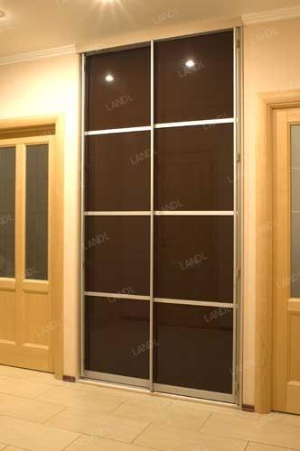 Встроенный шкаф-купе в прихожую с тонированными стеклянными дверями