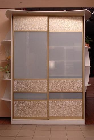 Шкаф-купе 2-х створчатый со светлой искусственной кожей