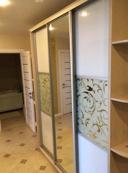 Шкаф-купе 3-х створчатый Дуб Сорано белые двери с рисунком