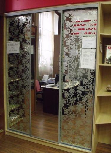 Шкаф-купе 3-х створчатый Бежевый зеркальный пескоструй цветы