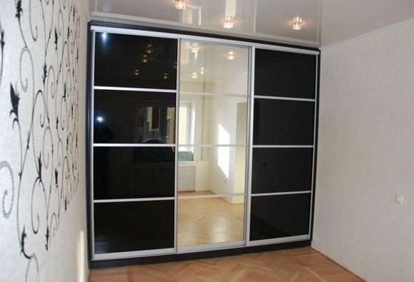 Шкаф-купе 3-х створчатый Черный глянец с зеркалом