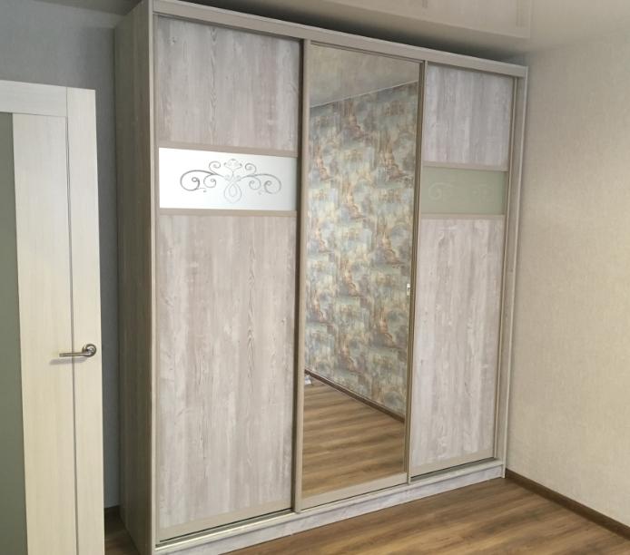 Шкаф-купе 3-х створчатый Ясмунд с зеркалом