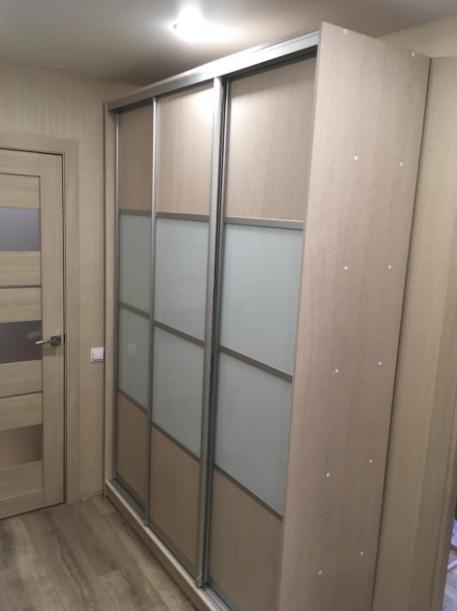 Шкаф-купе 3-х створчатый Млечный Дуб вставка белое стекло