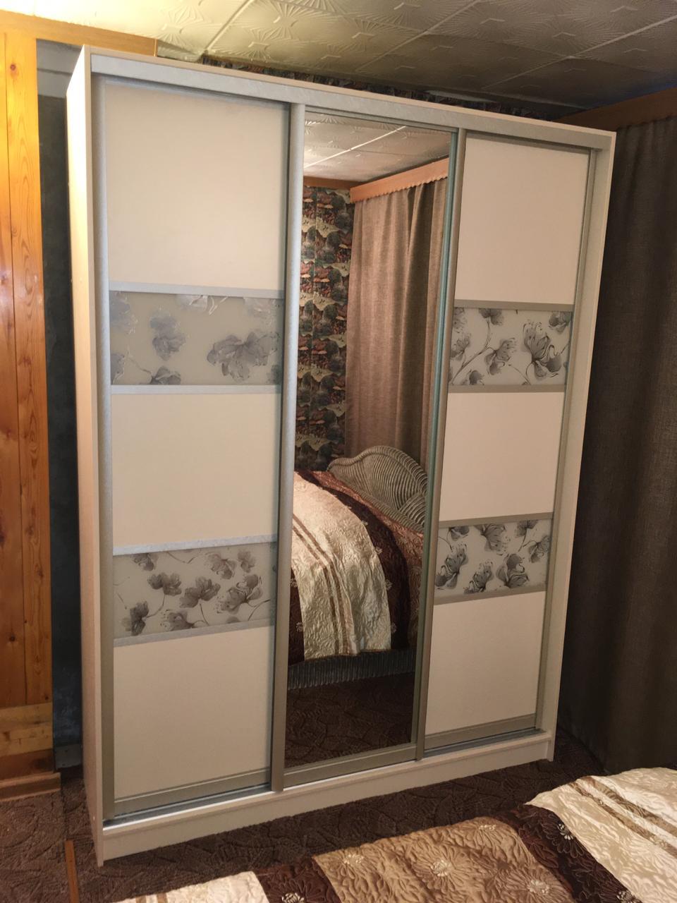 Шкаф-купе 3-х створчатый с рисунком цветы и зеркалом