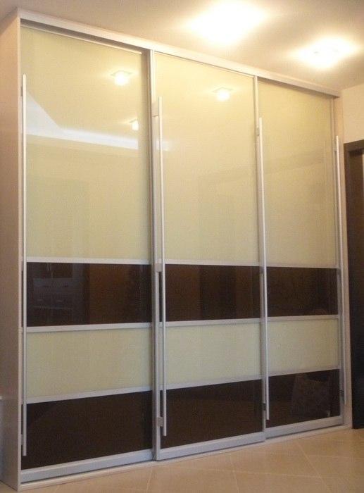 Шкаф-купе 3-х створчатый бежевый с коричневыми вставками