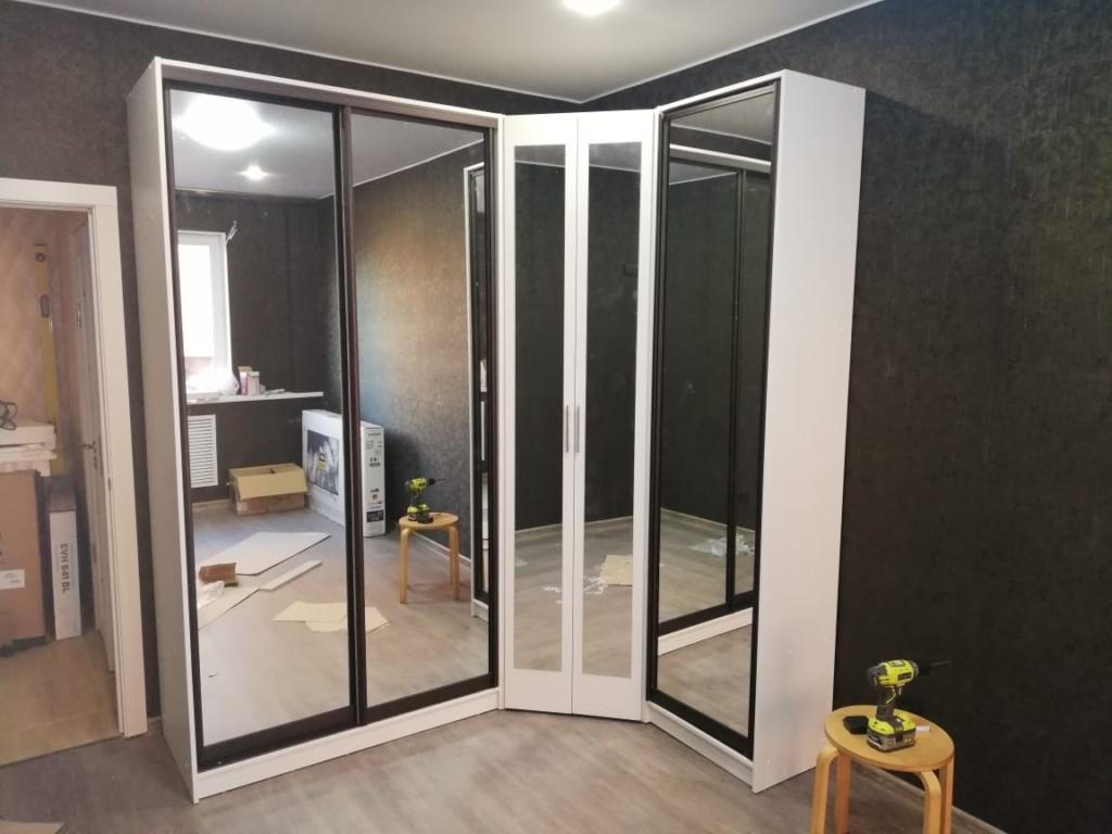 белый угловой шкаф с распашными дверями и зеркалами