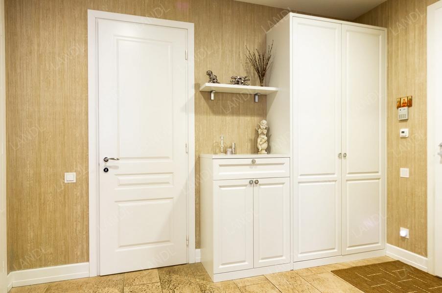 Белый шкаф Бук Эмаль с распашными дверями в прихожую