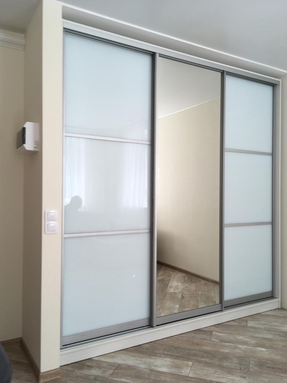 Встроенный шкаф-купе 3-х створчатый Супер Белый с зеркалом