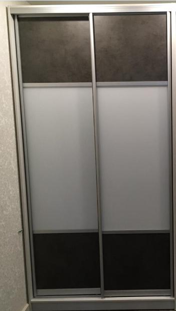Шкаф-купе 2-х створчатый Серая кожа вставки белое стекло
