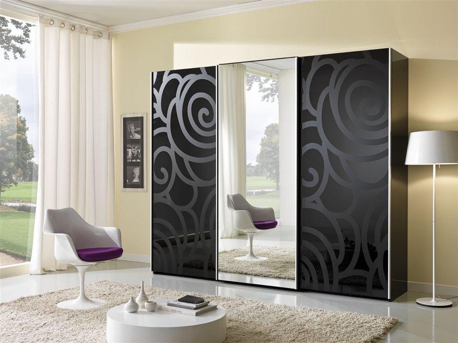 Черный шкаф с рисунком