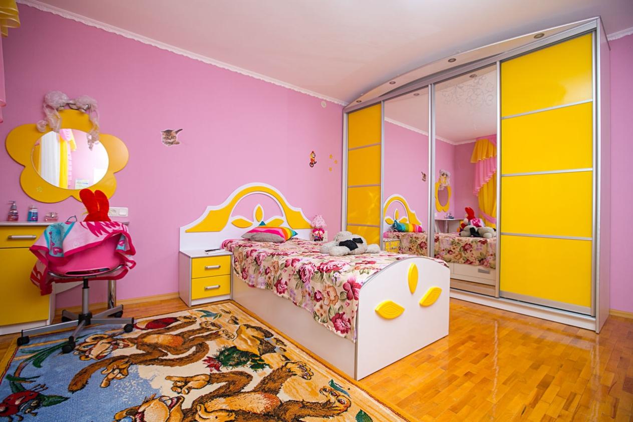 Шкаф-купе в детскую 4 двери Желтый 2 зеркала