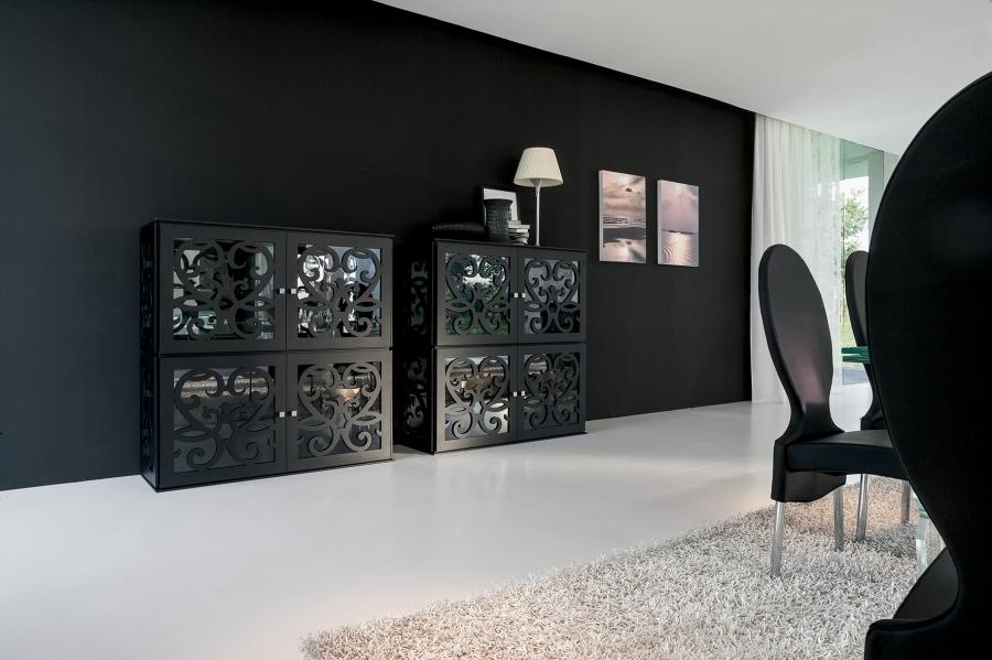Черный комод с зеркальными вставками