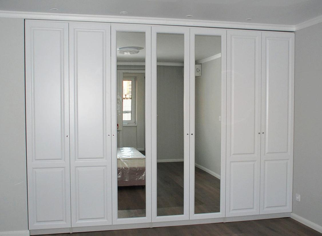 Встроенный распашной шкаф 7 дверей Белый с зеркалами