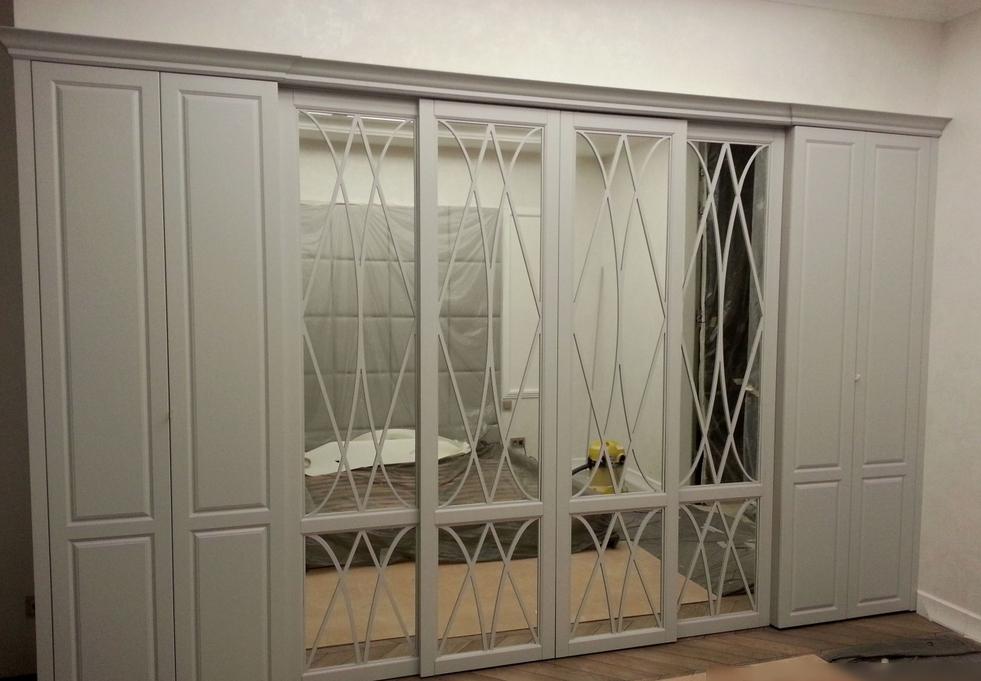 Встроенный распашной и купе-шкаф 8 дверей Белый с зеркалами