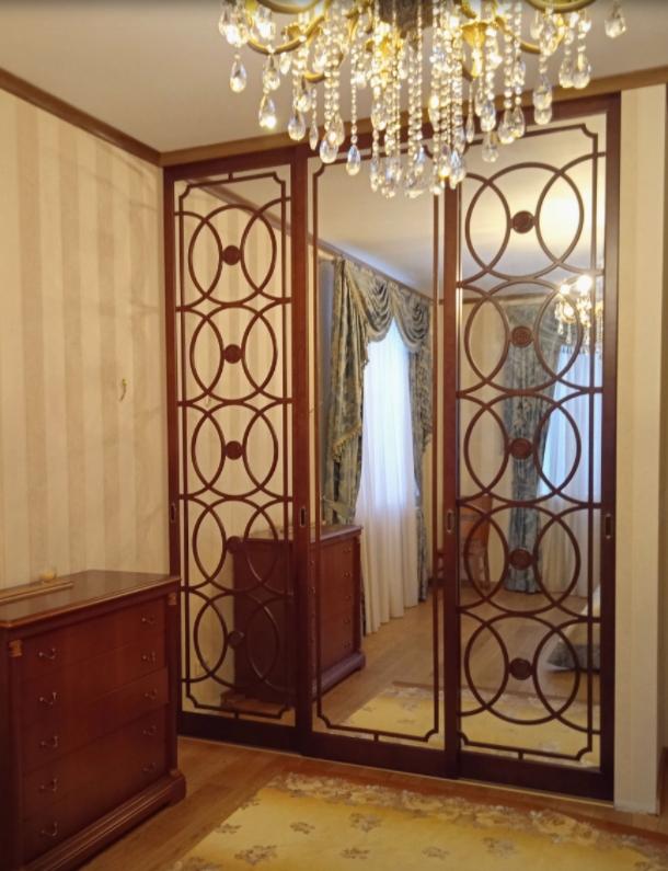 Встроенный шкаф-купе 3 двери из массива вишни зеркальный в гостиную